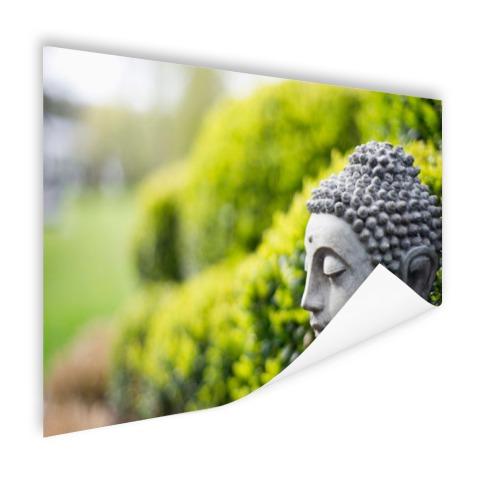 Standbeeld van Boeddha in een tuin Poster